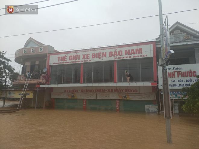 Tình người trong cơn lũ lịch sử ở Quảng Bình: Dân đội mưa lạnh, ăn mỳ tôm sống đi cứu trợ nhà ngập lụt - ảnh 2