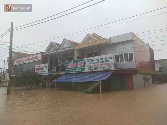 Tình người trong cơn lũ lịch sử ở Quảng Bình: Dân đội mưa lạnh, ăn mỳ tôm sống đi cứu trợ nhà ngập lụt - ảnh 1