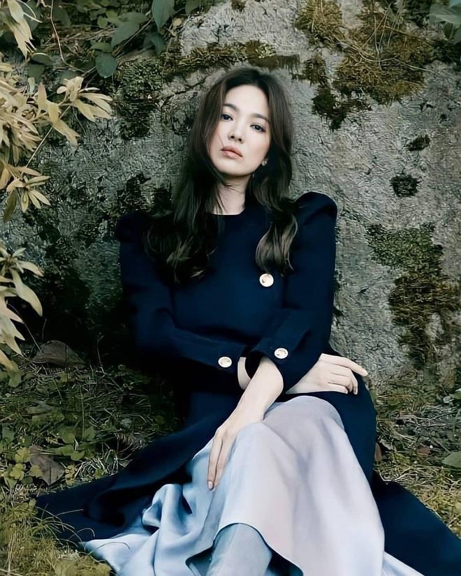 Song Hye Kyo gây xôn xao vì bộ ảnh mới: Gương mặt cứng đơ và dừ hơn hẳn, nghi PTS ít nên nhan sắc thật bị bóc trần - ảnh 1