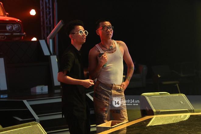Độc quyền hậu trường Rap Việt: Wowy đeo tai thỏ chạy quanh sân khấu phá Tez - ảnh 2