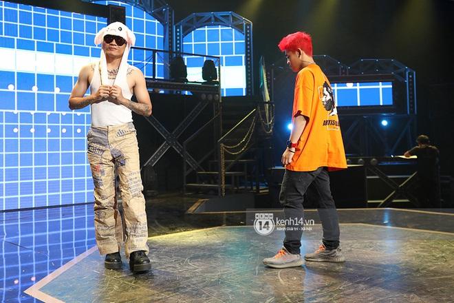 Độc quyền hậu trường Rap Việt: Wowy đeo tai thỏ chạy quanh sân khấu phá Tez - ảnh 7
