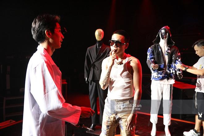 Độc quyền hậu trường Rap Việt: Wowy đeo tai thỏ chạy quanh sân khấu phá Tez - ảnh 15