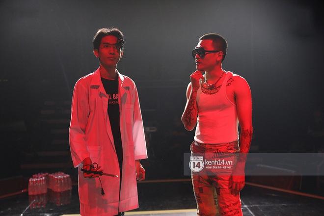 Độc quyền hậu trường Rap Việt: Wowy đeo tai thỏ chạy quanh sân khấu phá Tez - ảnh 16