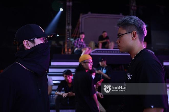 Độc quyền hậu trường Rap Việt: Wowy đeo tai thỏ chạy quanh sân khấu phá Tez - ảnh 20