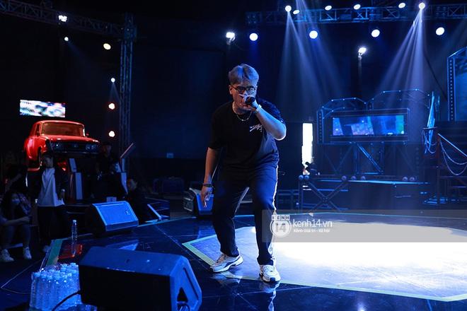 Độc quyền hậu trường Rap Việt: Wowy đeo tai thỏ chạy quanh sân khấu phá Tez - ảnh 23