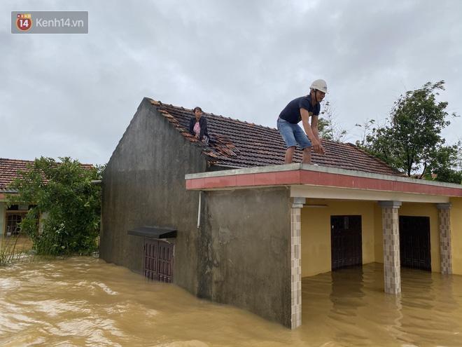 Hơn 2 tuần chịu trận lũ lịch sử, người dân Quảng Bình vẫn phải leo nóc nhà, bơi giữa dòng nước lũ cầu cứu đồ ăn - ảnh 12