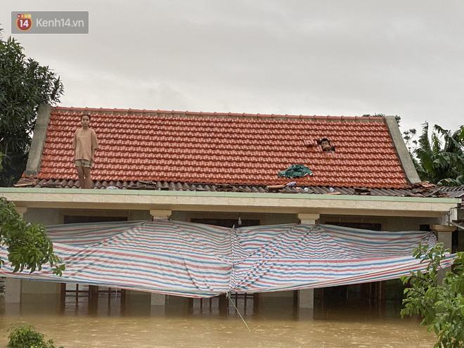 Hơn 2 tuần chịu trận lũ lịch sử, người dân Quảng Bình vẫn phải leo nóc nhà, bơi giữa dòng nước lũ cầu cứu đồ ăn - ảnh 11