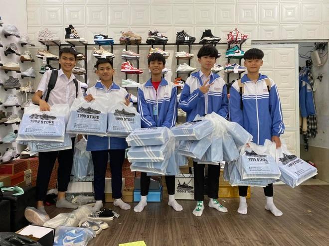 Lớp học chịu chơi nhất 20/10: Con trai chi số tiền khủng mua 25 đôi giày hiệu tặng các bạn nữ - ảnh 3