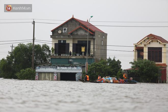 Hơn 2 tuần chịu trận lũ lịch sử, người dân Quảng Bình vẫn phải leo nóc nhà, bơi giữa dòng nước lũ cầu cứu đồ ăn - ảnh 6