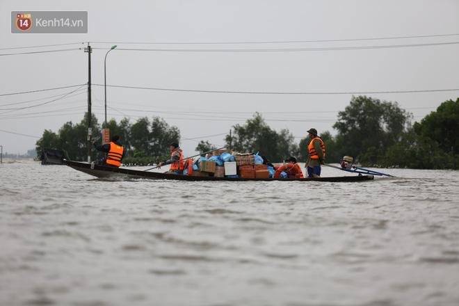 Hơn 2 tuần chịu trận lũ lịch sử, người dân Quảng Bình vẫn phải leo nóc nhà, bơi giữa dòng nước lũ cầu cứu đồ ăn - ảnh 2