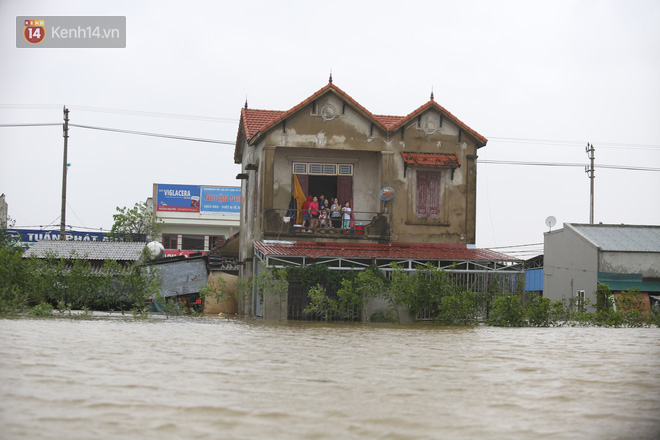 Hơn 2 tuần chịu trận lũ lịch sử, người dân Quảng Bình vẫn phải leo nóc nhà, bơi giữa dòng nước lũ cầu cứu đồ ăn - ảnh 7
