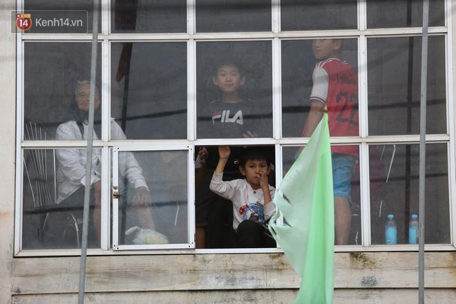 Hơn 2 tuần chịu trận lũ lịch sử, người dân Quảng Bình vẫn phải leo nóc nhà, bơi giữa dòng nước lũ cầu cứu đồ ăn - ảnh 16