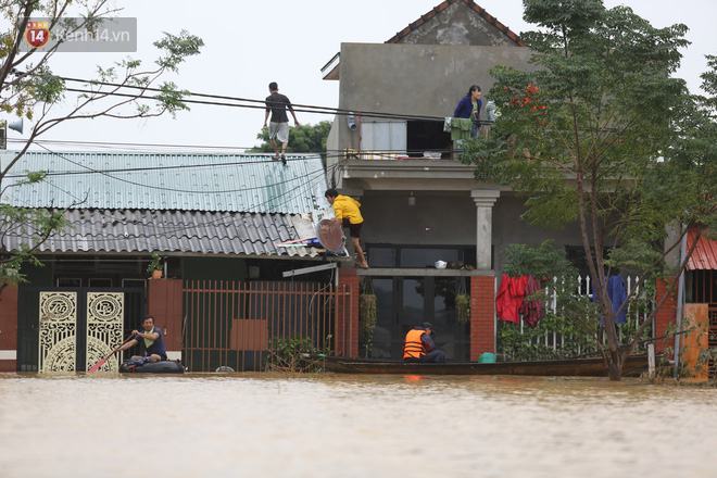 Hơn 2 tuần chịu trận lũ lịch sử, người dân Quảng Bình vẫn phải leo nóc nhà, bơi giữa dòng nước lũ cầu cứu đồ ăn - ảnh 9