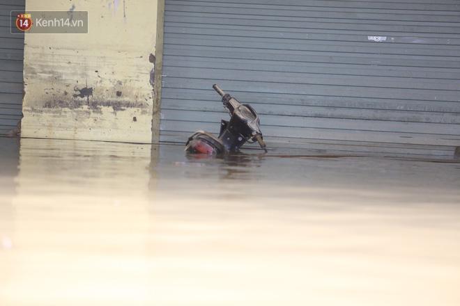 Hơn 2 tuần chịu trận lũ lịch sử, người dân Quảng Bình vẫn phải leo nóc nhà, bơi giữa dòng nước lũ cầu cứu đồ ăn - ảnh 23