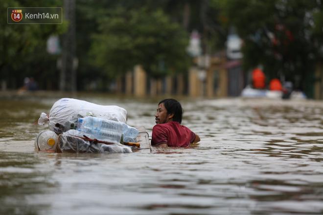 Hơn 2 tuần chịu trận lũ lịch sử, người dân Quảng Bình vẫn phải leo nóc nhà, bơi giữa dòng nước lũ cầu cứu đồ ăn - ảnh 21