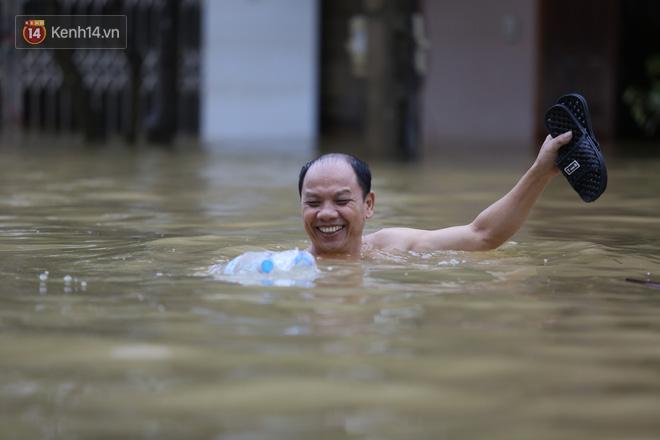 Hơn 2 tuần chịu trận lũ lịch sử, người dân Quảng Bình vẫn phải leo nóc nhà, bơi giữa dòng nước lũ cầu cứu đồ ăn - ảnh 20