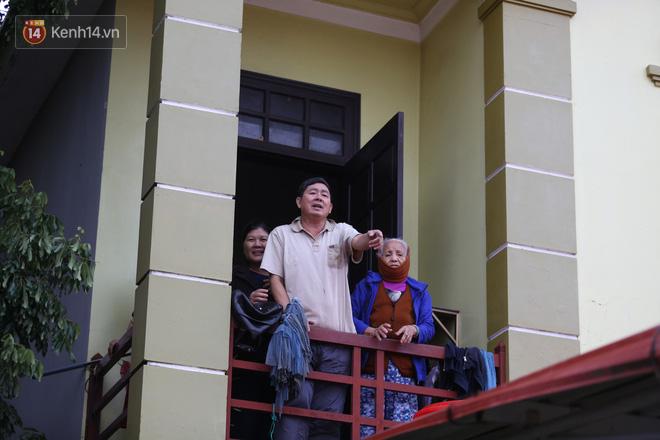 Hơn 2 tuần chịu trận lũ lịch sử, người dân Quảng Bình vẫn phải leo nóc nhà, bơi giữa dòng nước lũ cầu cứu đồ ăn - ảnh 15