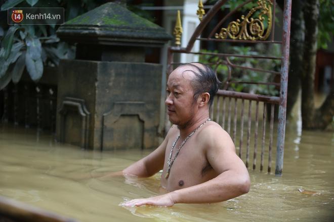 Hơn 2 tuần chịu trận lũ lịch sử, người dân Quảng Bình vẫn phải leo nóc nhà, bơi giữa dòng nước lũ cầu cứu đồ ăn - ảnh 19