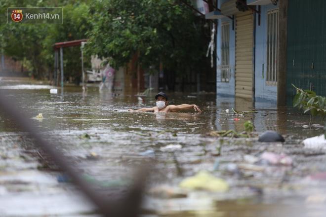 Hơn 2 tuần chịu trận lũ lịch sử, người dân Quảng Bình vẫn phải leo nóc nhà, bơi giữa dòng nước lũ cầu cứu đồ ăn - ảnh 18