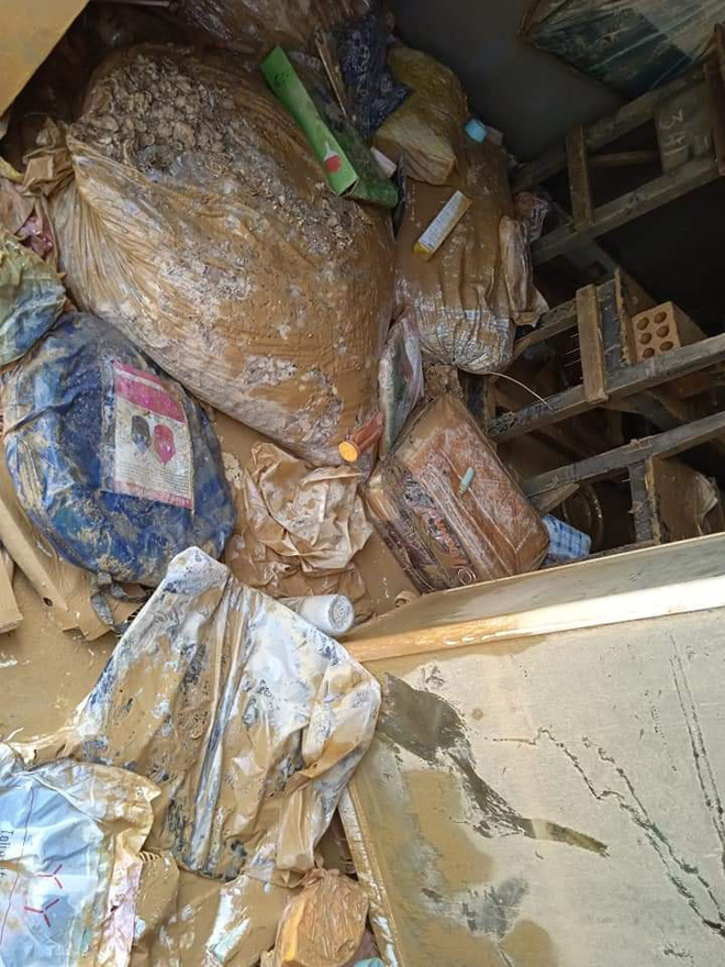 """Khung cảnh nhà cửa tan hoang sau trận """"đại hồng thuỷ"""" ở Quảng Bình: Tài sản bị ngâm nước nhầy nhụa bùn đất, thóc mọc mầm, vật nuôi ch.ế.t hàng loạt - Ảnh 4."""