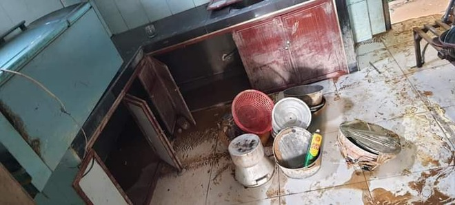 """Khung cảnh nhà cửa tan hoang sau trận """"đại hồng thuỷ"""" ở Quảng Bình: Tài sản bị ngâm nước nhầy nhụa bùn đất, thóc mọc mầm, vật nuôi ch.ế.t hàng loạt - Ảnh 7."""