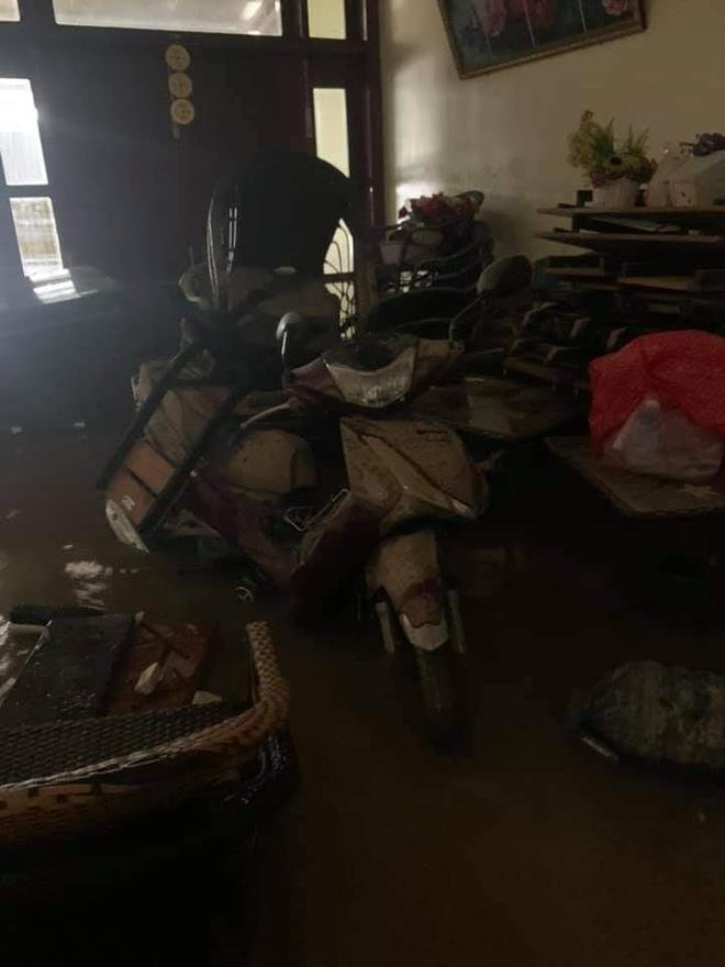 """Khung cảnh nhà cửa tan hoang sau trận """"đại hồng thuỷ"""" ở Quảng Bình: Tài sản bị ngâm nước nhầy nhụa bùn đất, thóc mọc mầm, vật nuôi ch.ế.t hàng loạt - Ảnh 2."""