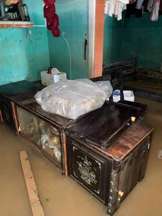 """Khung cảnh nhà cửa tan hoang sau trận """"đại hồng thuỷ"""" ở Quảng Bình: Tài sản bị ngâm nước nhầy nhụa bùn đất, thóc mọc mầm, vật nuôi ch.ế.t hàng loạt - Ảnh 9."""