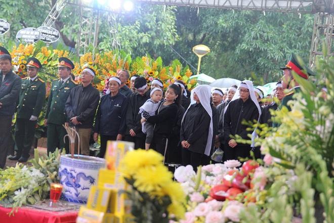 Hương Giang và Matt Liu âm thầm đến lễ tang của chiến sĩ hy sinh trong vụ sạt lở thuỷ điện Rào Trăng 3 - ảnh 6