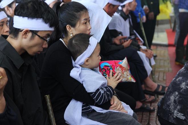 Hương Giang và Matt Liu âm thầm đến lễ tang của chiến sĩ hy sinh trong vụ sạt lở thuỷ điện Rào Trăng 3 - ảnh 5