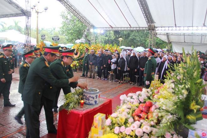Hương Giang và Matt Liu âm thầm đến lễ tang của chiến sĩ hy sinh trong vụ sạt lở thuỷ điện Rào Trăng 3 - ảnh 4
