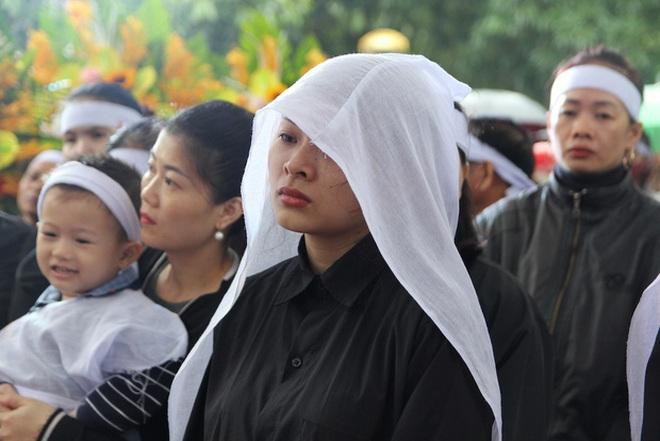 Hương Giang và Matt Liu âm thầm đến lễ tang của chiến sĩ hy sinh trong vụ sạt lở thuỷ điện Rào Trăng 3 - ảnh 3