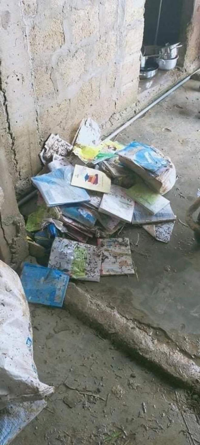 Khung cảnh trường học sau trận đại hồng thuỷ tại Quảng Trị: Cơ sở vật chất hư hỏng, sách vở, đồ dùng học tập ngập ngụa bùn đất - ảnh 6