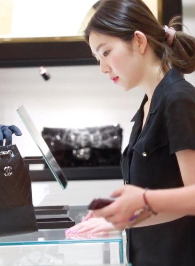 Trước khi bị bóc phốt, Irene từng được khen hết lời khi mua hẳn túi Chanel trăm triệu tặng stylist - ảnh 1