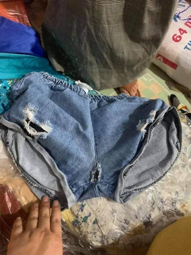 Ngán ngẩm cảnh quần áo rách, váy 2 dây, đồ lót đã qua sử dụng… được đem đi từ thiện, ủng hộ người dân miền Trung - ảnh 4