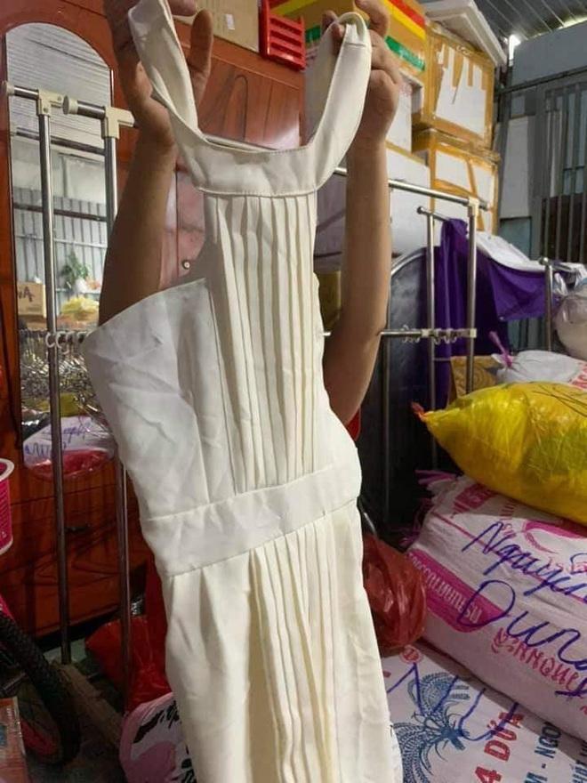 Ngán ngẩm cảnh quần áo rách, váy 2 dây, đồ lót đã qua sử dụng… được đem đi từ thiện, ủng hộ người dân miền Trung - ảnh 1