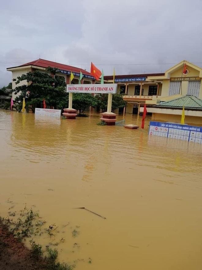 Khung cảnh trường học sau trận đại hồng thuỷ tại Quảng Trị: Cơ sở vật chất hư hỏng, sách vở, đồ dùng học tập ngập ngụa bùn đất - ảnh 1