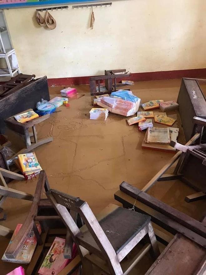 Khung cảnh trường học sau trận đại hồng thuỷ tại Quảng Trị: Cơ sở vật chất hư hỏng, sách vở, đồ dùng học tập ngập ngụa bùn đất - ảnh 3