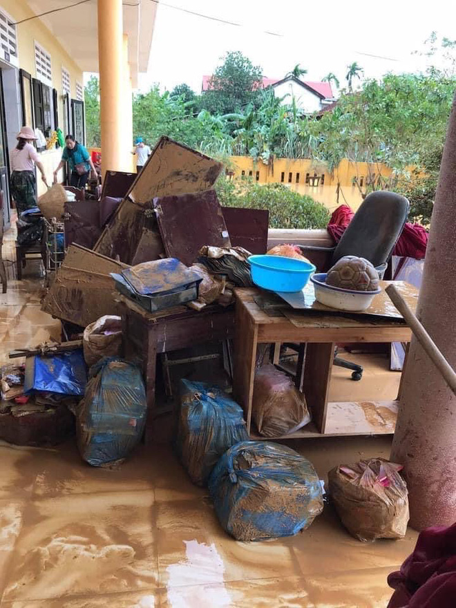 Khung cảnh trường học sau trận đại hồng thuỷ tại Quảng Trị: Cơ sở vật chất hư hỏng, sách vở, đồ dùng học tập ngập ngụa bùn đất - ảnh 4
