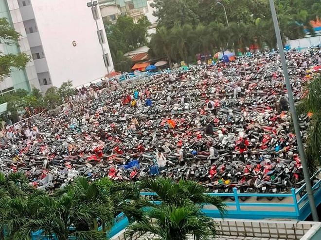 Nghẹt thở cảnh xe máy la liệt ở bãi giữ xe trường đại học: Sinh viên đi học sớm 30 phút nhưng mất cả tiếng để vào được trường - ảnh 1