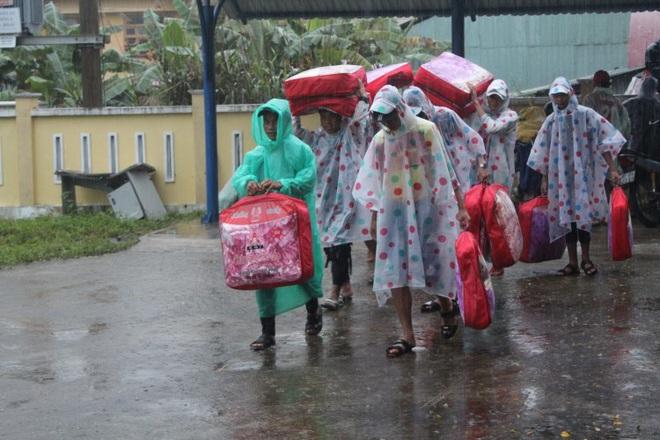 Dạy bù cho học sinh ảnh hưởng bão lũ: Không để học sinh và giáo viên quá tải - ảnh 1