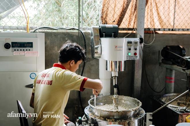 """Người miền Tây tập hợp nhau tự sáng tạo """"loại bánh mới"""" dễ bảo quản, có thể tích trữ được nhiều ngày để gửi về miền Trung, mới 12 tiếng đã """"thần tốc"""" gói 5.000 chiếc! - Ảnh 3."""