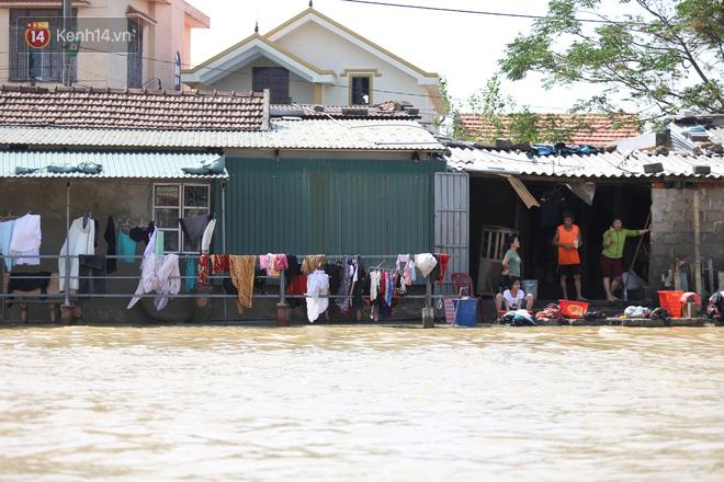 """Ảnh: Người dân Quảng Bình bì bõm """"bơi"""" trong biển rác sau trận lũ lịch sử, nguy cơ lây nhiễm bệnh tật - Ảnh 3."""
