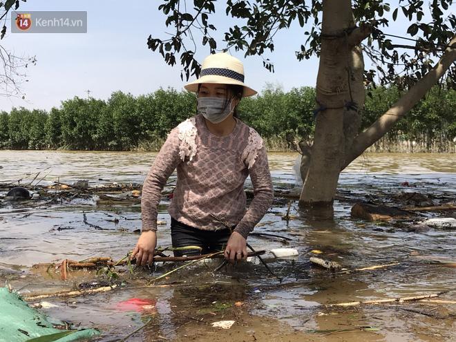"""Ảnh: Người dân Quảng Bình bì bõm """"bơi"""" trong biển rác sau trận lũ lịch sử, nguy cơ lây nhiễm bệnh tật - Ảnh 9."""