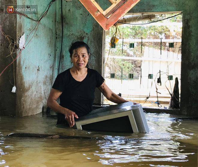 Người phụ nữ lớn tuổi lao vào dòng nước lũ ngay trong nhà, ôm chặt chiếc ti vi còn sót lại khóc nức nở - ảnh 3