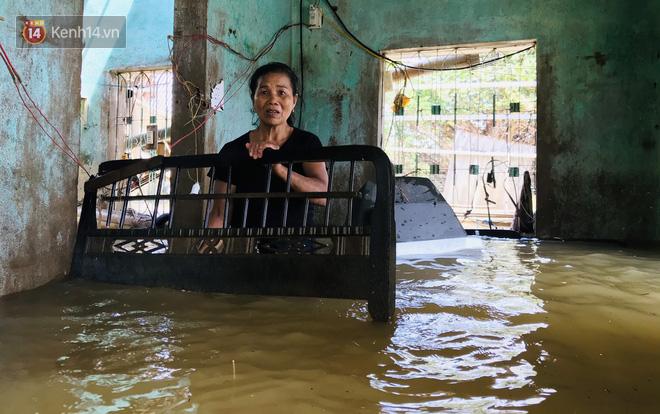 Người phụ nữ lớn tuổi lao vào dòng nước lũ ngay trong nhà, ôm chặt chiếc ti vi còn sót lại khóc nức nở - ảnh 4
