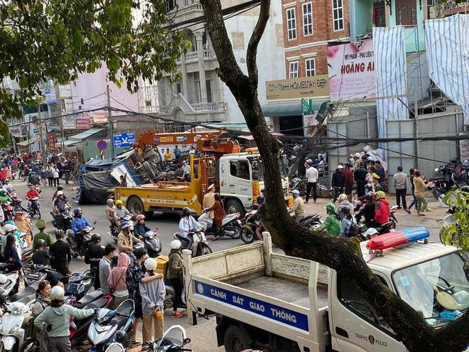Đà Lạt: Ô tô tải mất thắng lao xuống dốc, lùa hàng loạt xe máy rồi lật nghiêng khiến nhiều người kinh hãi - ảnh 2