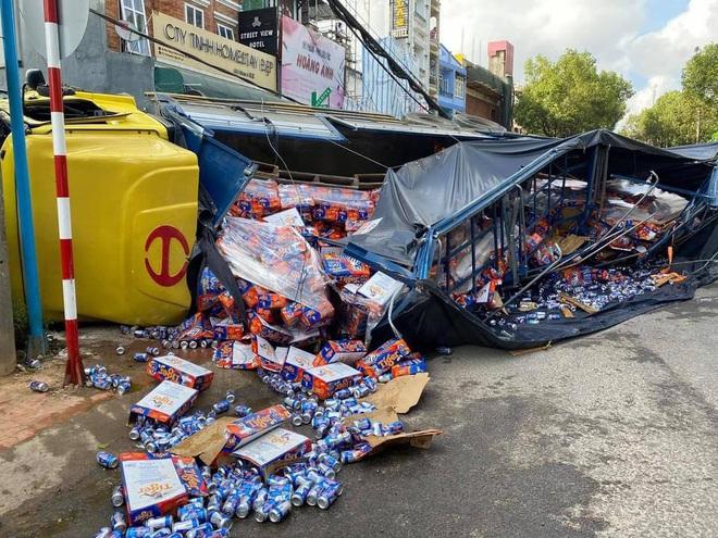 Đà Lạt: Ô tô tải mất thắng lao xuống dốc, lùa hàng loạt xe máy rồi lật nghiêng khiến nhiều người kinh hãi - ảnh 3