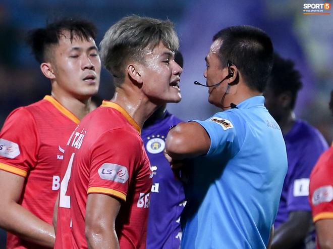 Quang Hải đòi trọng tài rút thẻ phạt cho bạn cũ ở U23 Việt Nam sau pha phạm lỗi nguy hiểm - ảnh 5