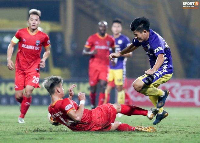 Quang Hải đòi trọng tài rút thẻ phạt cho bạn cũ ở U23 Việt Nam sau pha phạm lỗi nguy hiểm - ảnh 1
