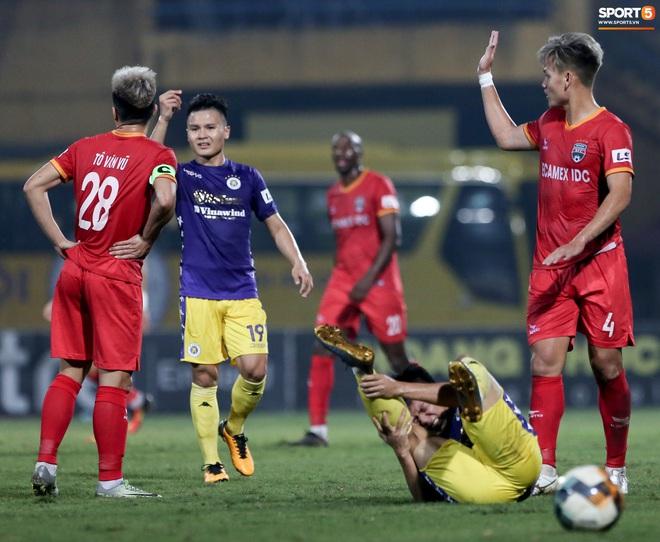 Quang Hải đòi trọng tài rút thẻ phạt cho bạn cũ ở U23 Việt Nam sau pha phạm lỗi nguy hiểm - ảnh 2